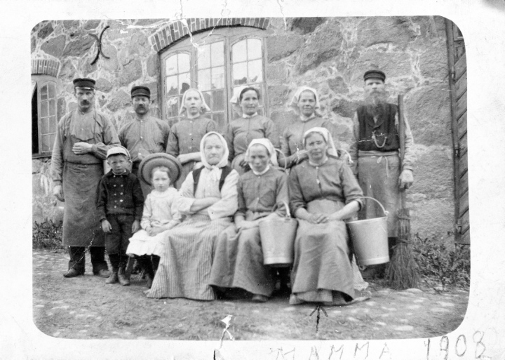 Mjölkerskor och ladugårdsarbetare vid Enskedegård år 1908.Kv